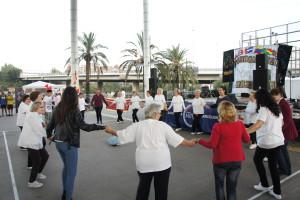 Publico bailando la Sardana